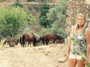 Karin bij  Ribiera de Moustairas met wilde paarden